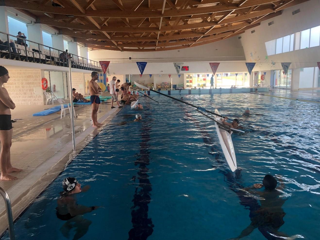 Remadores da naval na piscina